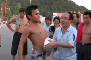 Kinez zdjelom na trbuhu vukao auto