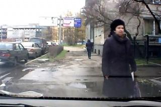 Gospođa uči vozače da ne parkiraju na nogostupu