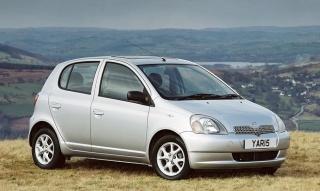 Stara Toyota Yaris trokira, slabo prima gas i teško pali