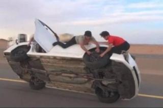 Mijenjaju gume dok auto voze na dva kotača!
