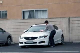 Pošarao aute bahatim vozačima da ih nauči lekciju