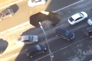 Snimili trenutak kad se otvorila ogromna rupa u cesti!