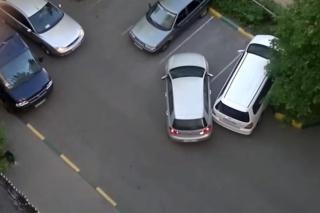 Dvije žene, jedno parkiralište, 100 razloga za smijeh