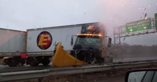 Nevjerojatni manevar kamiona snimljen mobitelom iz neposredne blizine