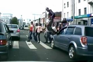 VIDEO: PJEŠAK PREGAZIO automobil na pješačkom prelazu!
