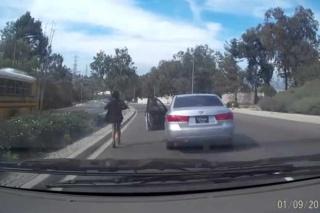 VIDEO: U vožnji iskočila iz vozila, pa auto bez vozača napravio dar-mar!