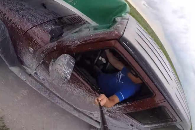Što je gore od snimanja selfija dok vozite? Snimanje sa...