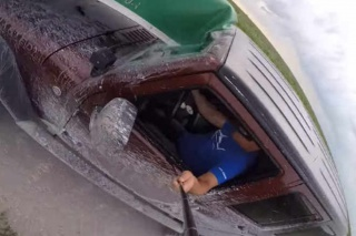 Što je gore od snimanja selfija dok vozite? Snimanje sa selfie štapom dok vozite