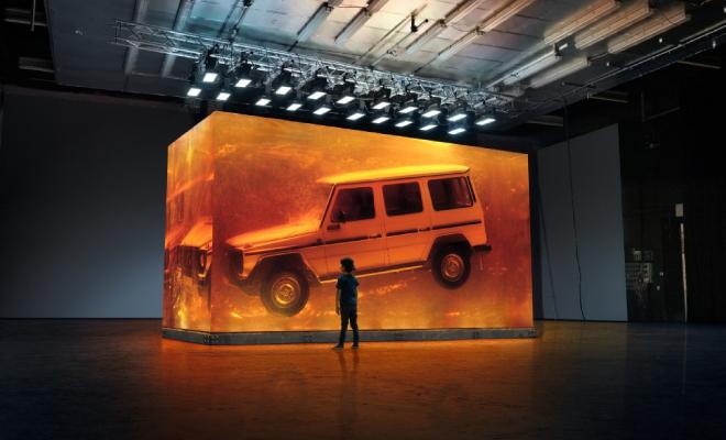 """Spektakularna instalacija povodom svjetske premijere nove G-klase u Detroitu - """"Jača od vremena"""": 1979 G-klasa zalivena u jantar"""