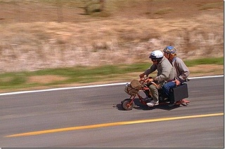 """Motocikl iz legendarnoga filma """"Glup i gluplji"""" prodan na aukciji"""