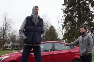 Kako se košarkaš od 231 cm smjesti za upravljač kompaktnog automobila?