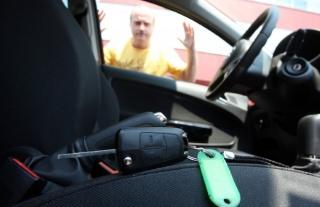 Kako otključati auto ako vam je ključ ostao zaključan u autu