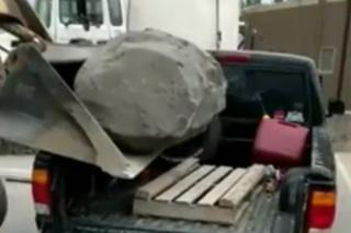 Evo što se dogodi kad teret debelo premaši nosivost automobila